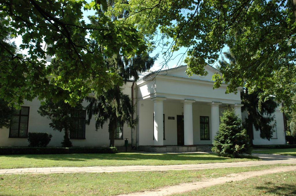 Pałac z XVII wieku- rezydencja ojca króla Stanisława Poniatowskiego obecnie Dom Kultury
